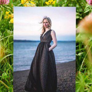 $998 ML MONIQUE LHUILLIER V-Neck Lace Evening gown